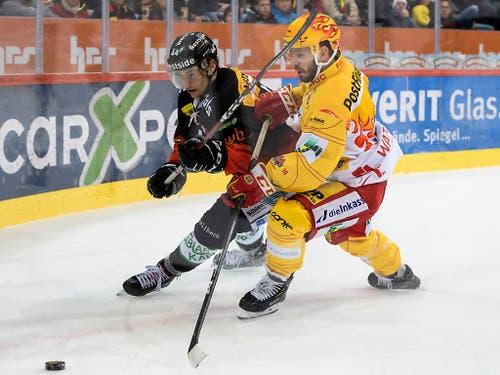 Noch ein Zweikampf mit Haken und Ösen: Berns Andre Heim (links) gegen den Bieler Topskorer Jason Fuchs (Bild: KEYSTONE/PPR/ANTHONY ANEX)