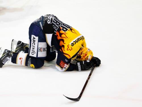 Tim Coffman, Topskorer von La Chaux-de-Fonds, möchte im Eis versinken - seit 137:15 Minuten brachte sein Team gegen Langenthal kein Tor mehr zu Stande (Bild: KEYSTONE/SALVATORE DI NOLFI)