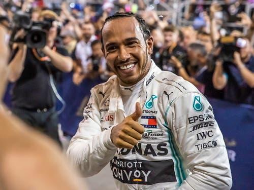 Daumen hoch: Dank seinem 74. GP-Sieg nähert sich Lewis Hamilton in der WM-Gesamtwertung Leader Valtteri Bottas bis auf einen Punkt (Bild: KEYSTONE/EPA/SRDJAN SUKI)