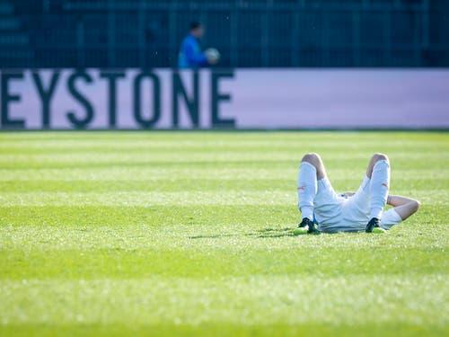 Endlich wieder mal nicht verloren - und doch am Boden: GC-Stürmer Marco Djuricin nach dem 1:1 gegen Lugano (Bild: KEYSTONE/MELANIE DUCHENE)