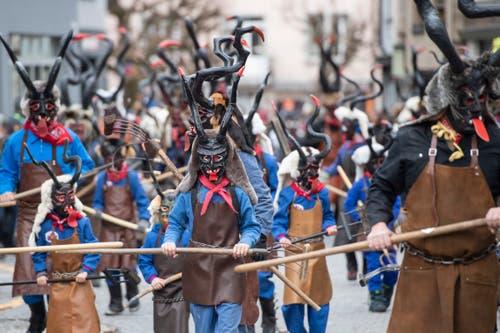 Die Teufel sind unterwegs beim traditionellen Süü Hudi Umzug anlässlich der Fasnacht in Einsiedeln. (Bild: Urs Flüeler / Keystone)