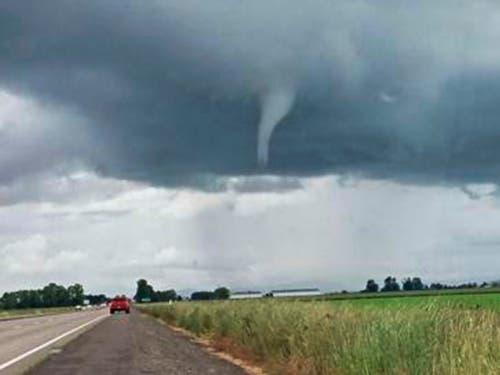 Amateur-Aufnahme eines mutmasslich sich formierenden Tornados in Florida. In Teilen der US-Bundesstaaten Alabama, Georgia, Florida und South Carolina galten Tornado-Warnungen. (Bild: KEYSTONE/AP James Lally)