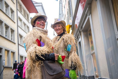 Klassisch mit Hut an der Strassenfasnacht in Luzern am Güdismontag. (Bild: Dominik Wunderli)
