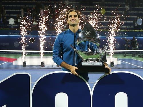 Staunen über die 100: Roger Federer nach dem Jubiläumssieg in Dubai (Bild: KEYSTONE/EPA/ALI HAIDER)