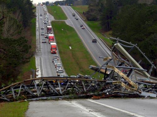 Eine Mobilfunk-Antenne stürzte wegen eines mutmasslichen Tornados auf eine Autobahn. (Bild: KEYSTONE/AP Ledger-Enquirer/MIKE HASKEY)