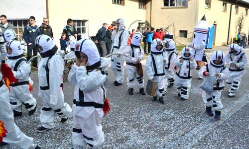 Die Schülerinnen und Schüler der 1. und 2. Klasse der Primarschule bewegen sich im Weltall. (Bild: Peter Jenni, 3. März 2019)