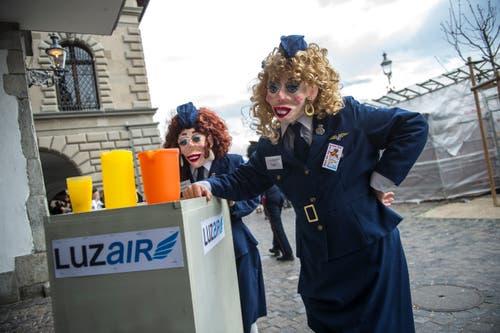 Flugbegleiterinnen der «LuzAir» unterwegs an der Strassenfasnacht in Luzern am Güdismontag. (Bild: Dominik Wunderli)