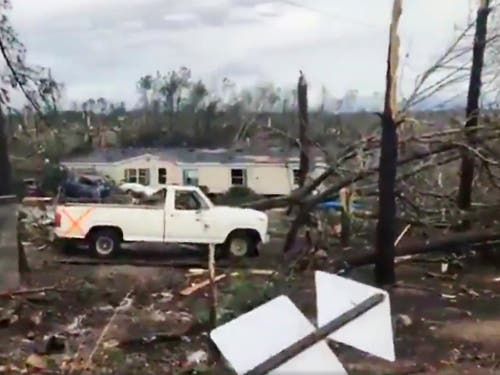 Ein verheerender Tornado hat in Lee County (Alabama) eine Spur der Verwüstung hinterlassen. (Bild: KEYSTONE/AP WKRG-TV)
