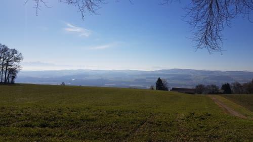 Bei guten Wetter erkennt man auch einige Berggipfel in der Ferne.