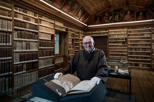 Bruder Hanspeter Betschart in der Klosterbibliothek. (Bild: Pius Amrein, 9. April 2018.)