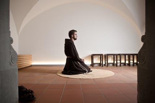 Portrait eines 30-jährigen Kapuziners, hier bei der täglichen Meditation. (Bild: Manuela Jans-Koch, 6. August 2015)