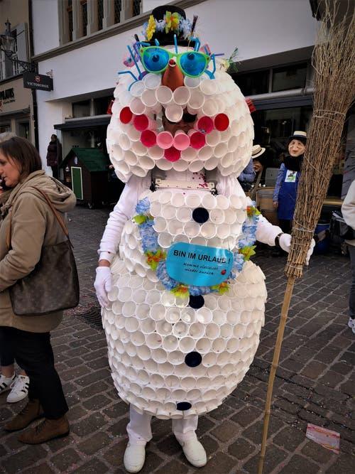 Mehrere Bostitch-Klammern und ganz viele Trinkbecher — schon ist ein wunderschöner Schneemann kreiert. (Bild: Margrith Imhof-Röthlin, Luzern, 5. März 2019)