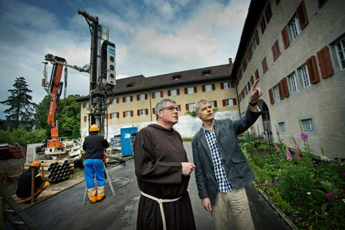 Die Bauarbeiten für den Klosterumbau haben begonnen - zunächst mit der Bohrung für eine Wärmesonde. Bruder Damian Keller im Gespräch mit dem Architekten. (Bild: Pius Amrein, 11. Juni 2013)