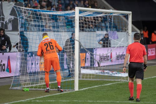 YB-Goalie David von Ballmoos (links) begutachtet das verkettete Tor. (Bild: Keystone/Urs Flüeler, Luzern, 7. März 2019)