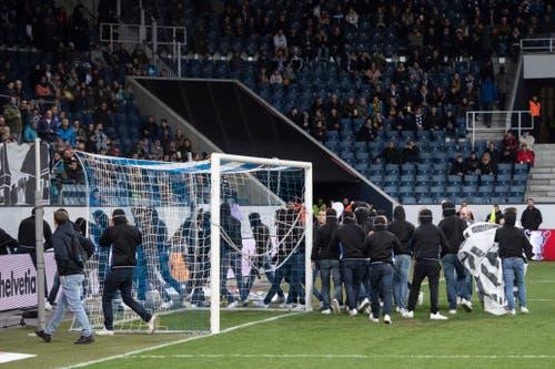 Nachdem das Tor mit Ketten versperrt ist, räumen die Ultras das Feld. (Bild: Keystone/Urs Flüeler, Luzern, 7. März 2019)