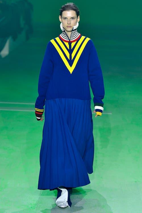 Knallfarbig, weit, lang - Kleid von Lacoste.