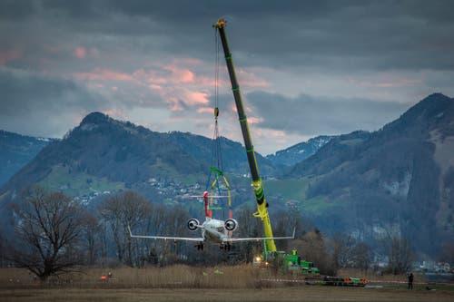 Überfühurung eines ausgemusterten Rega-Flugzeuges von Alpnach, unter der Achereggbrücke bei Stansstad hindurch zum Vekehrshaus nach Luzern. (Bild: Pius Amrein, 8. März 2019)