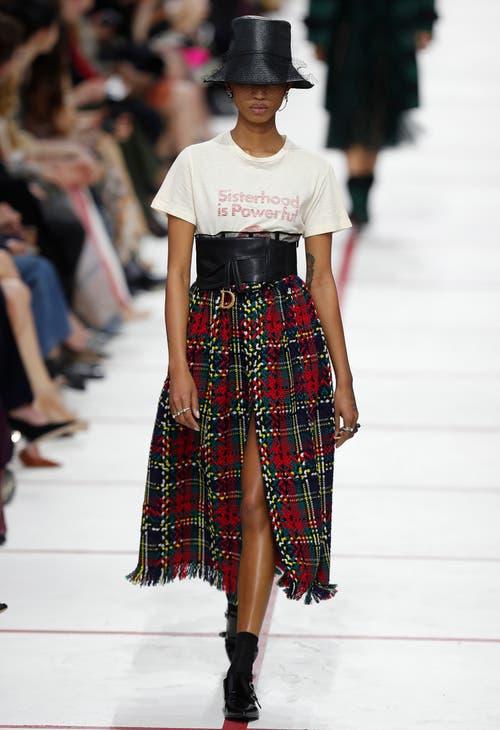 Betonte Taille und schwingende Jupes zeigt Dior.