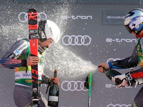 Henrik Kristoffersen duscht seinen Teamkollegen Rasmus Windingstad (Bild: KEYSTONE/EPA/ANTONIO BAT)