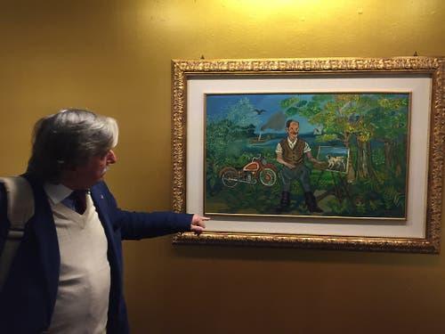 Co-Kurator Sandro Parmiggiani erklärt das Bild «Selbstbildnis mit Motorrad und Staffelei in der Landschaft» von Antonio Ligabue, das zurzeit in einer Ausstellung im Museum im Lagerhaus in St. Gallen zu sehen ist. (Bild: Keystone-SDA/Nathalie Grand)