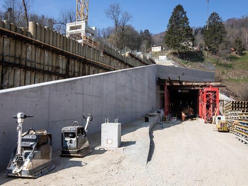 Das Südportal des neuen Bözbergtunnels in Schinznach Dorf AG. Die Doppelröhre ist das Kernstück des 4-Meter-Korridors für Lastwagen auf der Gotthard-Bahnachse. (Bild: KEYSTONE/ALEXANDRA WEY)