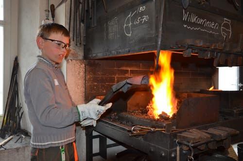 Remo erhitzt das Blech in der Klangschmiede AltSt.Johann für seine Geissenschelle.