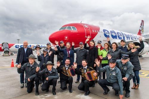 Das gesamte Stanserhorn-Team vor dem Flugzeug.