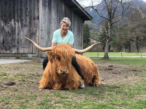 Monika Graf und ihre Highlandrinder haben eine sehr vertrauensvolle Beziehung zueinander. (Bild: Jessica Nigg)