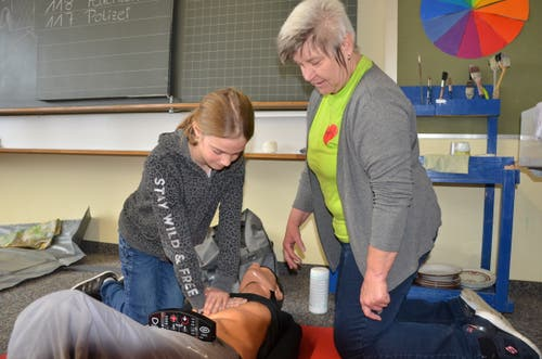 Beim Kurs «Erste Hilfe für Kinder» wird das Wiederbeleben geübt.
