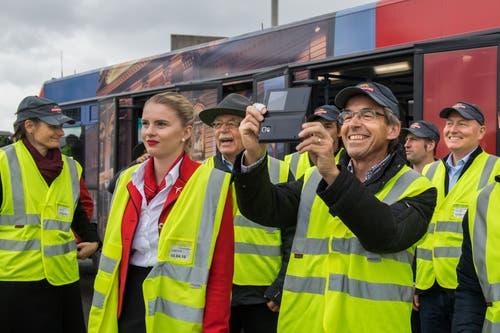 Angestellte der Stanserhorn-Bahn und von Edelweiss freuen sich gemeinsam über das neu getaufte Flugzeug.