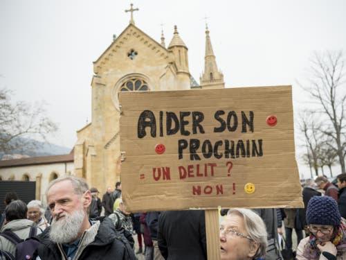 «Seinem Nächsten helfen = ein Delikt? Nein!» heisst es auf einem Plakat. (Bild: Keystone/JEAN-CHRISTOPHE BOTT)
