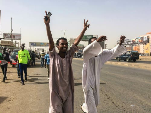 Sudanese celebrate after two senior officials said the military had forced longtime autocratic President Omar al-Bashir to step down after 30 years in power in Khartoum, Sudan, Thursday, April 11, 2019. (AP Photo, Sudan, 11. April 2019)