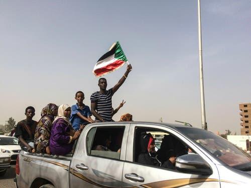 Demonstranten feiern den Abgang des Präsidenten Omar al-Baschir. Dieser wurde am Donnerstag festgenommen. (Bild: AP Photo, Sudan, 11. April 2019)