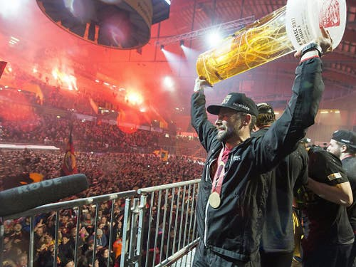 Nach dem Titelgewinn des SC Bern 2017 in Zug lässt sich Captain Martin Plüss nach der Rückkehr in die Hauptstadt von den Fans in der PostFinance-Arena feiern (Bild: Keystone/LUKAS LEHMANN)