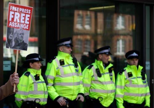 Demonstrierende und Polizisten vor dem Gerichtsgebäude in London. (Bild: AP Photo/Matt Dunham)