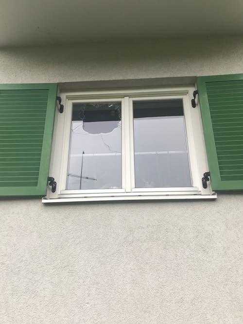 Eine Fensterscheibe wurde von einem Felsbrocken getroffen. (Bilder: Landespolizei Vorarlberg)