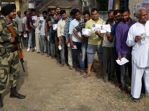 900 Millionen Stimmberechtigte können ihre Wahl abgeben. (Bild: KEYSTONE/EPA/JAIPAL SINGH)