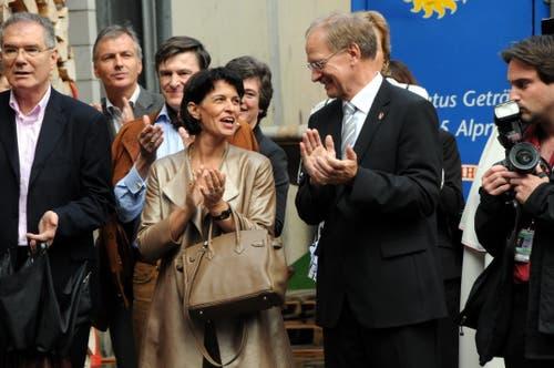 Bundespräsidentin Doris Leuthard besucht mit dem Schweizer Botschafterkorps den Kanton Obwalden. Hier beim Apéro im Forsthof in Giswil. (Bild: Adrian Venetz, 27. August 2010)