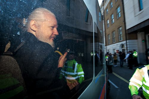 Julian Assange vor dem Gerichtsgebäude. (Bild: Photo by Jack Taylor/Getty Images)