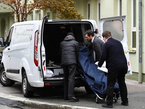 Abtransport der Leiche vor dem Haus im Innsbrucker Stadtteil Wilten, in dem es am Mittwoch zu einem Gewaltverbrechen kam. (Bild: KEYSTONE/APA/APA/LIEBL DANIEL   ZEITUNGSFOTO.AT)