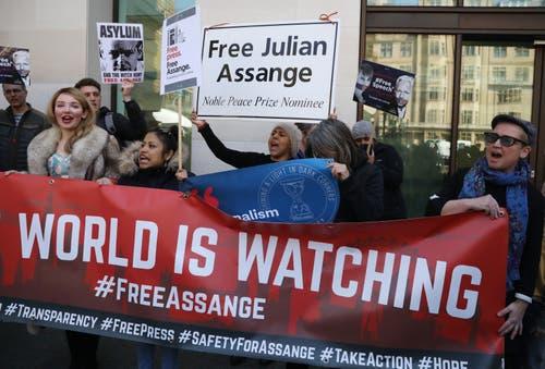Demonstranten protestieren gegen die Festnahme von Julian Assange vor dem Gerichtsgebäude in London. (Bild: Photo by Dan Kitwood/Getty Images)