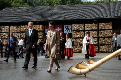 Bundespräsidentin Doris Leuthard und Aussenminister Joseph Deiss besuchen mit dem Schweizer Botschafterkorps den Kanton Obwalden. Hier beim Apéro im Forsthof in Giswil. (Bild: Adrian Venetz, 27. August 2010)