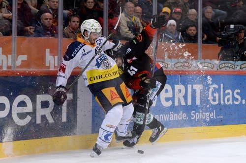 Zugs Carl Klingberg, links, gegen Berns Gregory Sciaroni, kämpfen um den Puck. (Bild: KEYSTONE/Melanie Duchene)