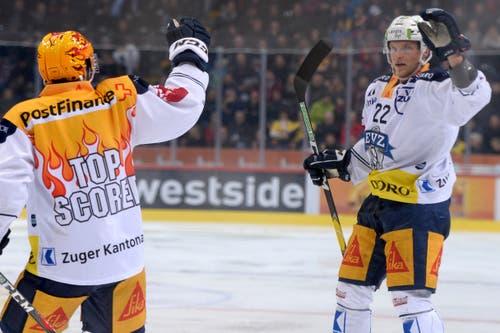 Zugs Torschütze Santeri Alatalo jubelt zum 1:1, im ersten Eishockey Playoff-Finalspiel der National League zwischen dem SC Bern und dem EV Zug, am 11. April 2019, in der PostFinance Arena in Bern. (KEYSTONE/Melanie Duchene)