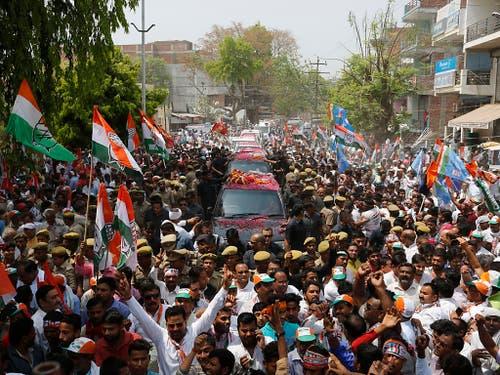 Mammutwahl beginnt: Anhänger der Kongress-Partei begleiten Kongresschefin Sonia Gandhi auf dem Weg zur Registrierung der Nominationspapiere in Rae Bareli, Bundesstaat Uttar Pradesh. (Bild: KEYSTONE/AP/RAJESH KUMAR SINGH)