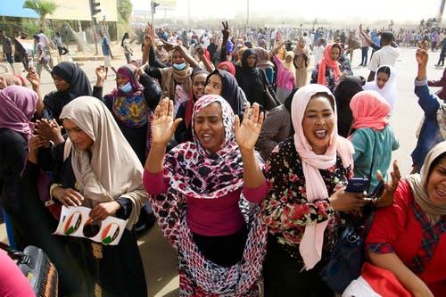 Die Sudanesen feiern den Abgang ihres Präsidenten, nachdem dieser 30 Jahre an der Macht war. (Bild: EPA/STR, Sudan, 11. April 2019)