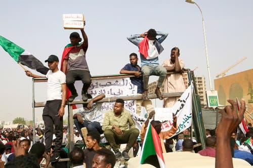 Sudanesen auf dem Weg zum Militär-Hauptgebäude. (Bild: EPA/STR, Sudan, 11. April 2019)