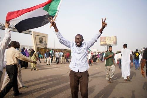 Mindestens vier Monate lang protestiere die Bevölkerung gegen ihren Präsidenten. (Bild: EPA/STR, Sudan, 11. April 2019)