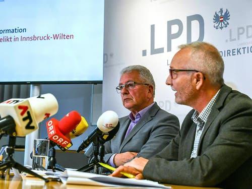 LKA-Leiter Walter Pupp und Harald Baumgartner, Leiter der Fremden- und Grenzpolizei, informierten die Medien über das Gewaltverbrechen mit einem Toten in einer Wohnung im Innsbrucker Stadtteil Wilten in Innsbruck. (Bild: KEYSTONE/APA/APA/ZEITUNGSFOTO.AT/DANIEL LIEBL)