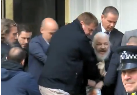 Zuvor war Julian Assange aus der Botschaft herausgetragen und von der britischen Polizei verhaftet worden. (Bild: Screenshot Video Twitter)